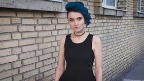 Γεμάτη αυτοπεποίθηση γυναίκα με μια ειδική εμφάνιση και μια μπλε τρίχα απόθεμα βίντεο
