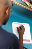Γεμίζοντας αίτηση υποψηφιότητας σπουδαστών στοκ εικόνα