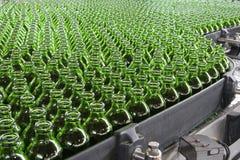 Γεμίζοντας βιομηχανία ποτών, μπουκάλια στο μεταφορέα Στοκ Εικόνες