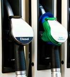 γεμίζοντας πρατήριο καυσίμων καυσίμων αυτοκινήτων Στοκ Φωτογραφία