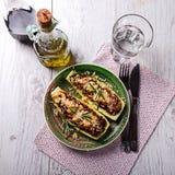 Γεμισμένα κολοκύθια σε ένα πράσινο πιάτο στον πίνακα Στοκ Φωτογραφίες