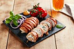 Γεμισμένα τυρί και χορτάρια φέτας κοτόπουλου στήθος που τυλίγονται στο μπέϊκον Στοκ εικόνα με δικαίωμα ελεύθερης χρήσης