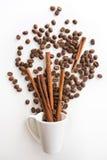 Γεμισμένα φλυτζάνι φασόλια καφέ με τη σοκολάτα και το πορτοκάλι Στοκ φωτογραφία με δικαίωμα ελεύθερης χρήσης