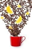 Γεμισμένα φλυτζάνι φασόλια καφέ με το πορτοκάλι στο λευκό Στοκ Εικόνες