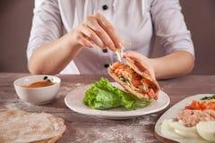 Γεμισμένα χέρια tacos αρχιμαγείρων Στοκ Φωτογραφίες