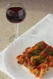 Γεμισμένα cannelloni κρέατος και ποτήρι του κρασιού στοκ εικόνες με δικαίωμα ελεύθερης χρήσης