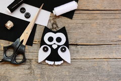 Γεμισμένη αισθητή διακόσμηση κουκουβαγιών, γραπτά αισθητά φύλλα, ψαλίδι, νήματα, κουμπιά σε ένα παλαιό ξύλινο υπόβαθρο με το διάσ Στοκ εικόνα με δικαίωμα ελεύθερης χρήσης