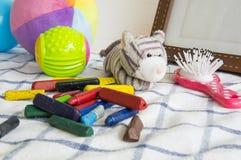 γεμισμένη κούκλα ζωική έννοια κραγιονιών παιδικού παιχνιδιού παιδιών παιχνιδιών Στοκ Εικόνες