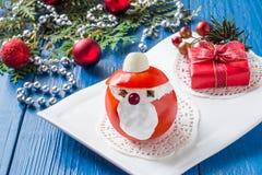 Γεμισμένη ντομάτα με μορφή Άγιου Βασίλη για τα Χριστούγεννα Στοκ Εικόνες