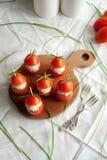 Γεμισμένη ντομάτα με τα ζυμαρικά τυριών κοτόπουλου, σκόρδου και κρέμας που βρίσκονται σε έναν καφετή ξύλινο πίνακα Στοκ φωτογραφίες με δικαίωμα ελεύθερης χρήσης
