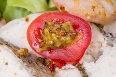 Γεμισμένη ντομάτα με τη σαλάτα και τα λαχανικά Στοκ Φωτογραφίες