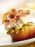 Γεμισμένη ντομάτα με το μπέϊκον και το λειωμένο τυρί Στοκ εικόνες με δικαίωμα ελεύθερης χρήσης