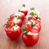 Γεμισμένη ντομάτα με το τυρί Στοκ φωτογραφίες με δικαίωμα ελεύθερης χρήσης