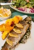 Γεμισμένη πέστροφα με το πιάτο λεμονιών Στοκ Φωτογραφία