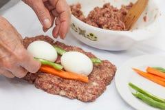 Γεμισμένη meatloaf προετοιμασία Στοκ εικόνα με δικαίωμα ελεύθερης χρήσης
