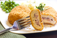 Γεμισμένη UEBL κορδονιών κοτόπουλου Στοκ εικόνες με δικαίωμα ελεύθερης χρήσης