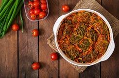 Γεμισμένοι ρόλοι λάχανων κραμπολάχανου στη σάλτσα ντοματών Στοκ Εικόνες