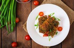 Γεμισμένοι ρόλοι λάχανων κραμπολάχανου στη σάλτσα ντοματών Στοκ Εικόνα