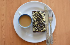 Γεμισμένοι ρόλος κρέμα και καφές μαρμελάδας σοκολάτας με το επιτραπέζιο μαχαίρι στο πιάτο Στοκ εικόνα με δικαίωμα ελεύθερης χρήσης