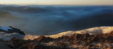 Γεμισμένος καπνός ουρανός από την κορυφή ενός βουνού στοκ εικόνα
