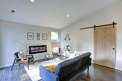 Γεμισμένο ήλιος οικογενειακό δωμάτιο στους μαλακούς μπεζ τόνους Στοκ Εικόνες