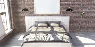 Γεμισμένο κρεβάτι μεγέθους βασιλιάδων στην κρεβατοκάμαρα ύφους σοφιτών στοκ εικόνες με δικαίωμα ελεύθερης χρήσης