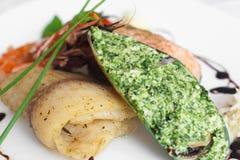 Γεμισμένο μύδι και τηγανισμένα ψάρια στην κινηματογράφηση σε πρώτο πλάνο πιάτων Στοκ εικόνες με δικαίωμα ελεύθερης χρήσης