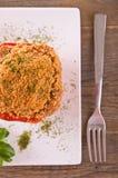 Γεμισμένο πιπέρι κουδουνιών στο άσπρο πιάτο Στοκ Εικόνες