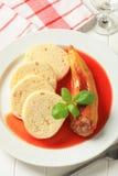 Γεμισμένο πιπέρι με τη σάλτσα και τις μπουλέττες ντοματών Στοκ Εικόνα