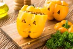 Γεμισμένο πορτοκαλί πιπέρι με το κρέας, το ρύζι και τα λαχανικά στοκ εικόνες