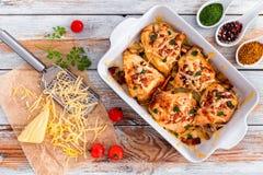 Γεμισμένο στήθος κοτόπουλου με το ζαμπόν, τυρί, ντομάτες, άποψη άνωθεν Στοκ εικόνα με δικαίωμα ελεύθερης χρήσης
