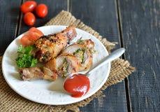 Γεμισμένο τυμπανόξυλο κοτόπουλου που ψήνεται στη σχάρα Στοκ φωτογραφία με δικαίωμα ελεύθερης χρήσης