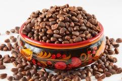 γεμισμένο φλυτζάνι πεύκο καρυδιών khokhloma Στοκ φωτογραφία με δικαίωμα ελεύθερης χρήσης