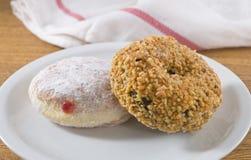 Γεμισμένο φράουλα doughnut και σοκολάτας φυστικιών doughnut Στοκ Φωτογραφία