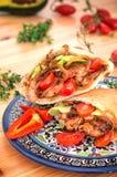 Γεμισμένο ψωμί pita με το τηγανισμένο κοτόπουλο με τα κρεμμύδια, άδεια μαρουλιού στοκ φωτογραφίες
