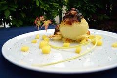 Γεμισμένο gratin κρεμμυδιών με τις πατάτες δημιουργικά τρόφιμα Στοκ Φωτογραφίες
