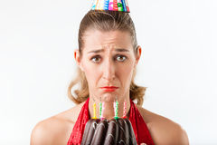 Γενέθλια εορτασμού γυναικών με τα κεριά κέικ που σκουπίζονται Στοκ Εικόνες