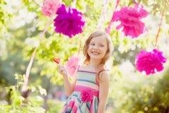 Γενέθλια εορτασμού κοριτσιών στο πάρκο στοκ εικόνα με δικαίωμα ελεύθερης χρήσης