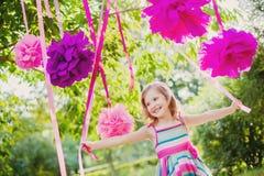 Γενέθλια εορτασμού κοριτσιών στο πάρκο στοκ φωτογραφίες με δικαίωμα ελεύθερης χρήσης
