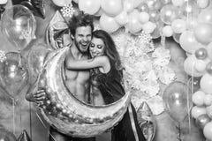γενέθλια ευτυχή ευτυχές ζεύγος Χριστουγέννων με τα μπαλόνια Στοκ φωτογραφίες με δικαίωμα ελεύθερης χρήσης