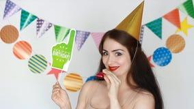 γενέθλια ευτυχή Ντεκόρ για τον εορτασμό Το αστείο κορίτσι χαμογελά και και παρουσιάζει στο πιάτο - έτσι διασκέδαση Πορτρέτο μιας  απόθεμα βίντεο