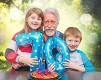 Γενέθλια του παππού εορτασμού εγγονών στοκ φωτογραφίες με δικαίωμα ελεύθερης χρήσης