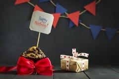 Γενέθλια cupcake σε ένα σκοτεινό υπόβαθρο γενέθλια ευτυχή κάρτα Συγχαρητήρια Στοκ εικόνα με δικαίωμα ελεύθερης χρήσης