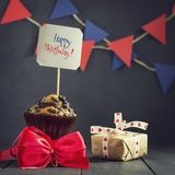 Γενέθλια cupcake σε ένα σκοτεινό υπόβαθρο γενέθλια ευτυχή κάρτα Συγχαρητήρια Στοκ Φωτογραφίες