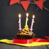 Γενέθλια cupcake σε ένα σκοτεινό υπόβαθρο γενέθλια ευτυχή κάρτα Συγχαρητήρια Στοκ φωτογραφία με δικαίωμα ελεύθερης χρήσης