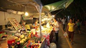 Γενέθλια αγοράς νύχτας ο βασιλιάς της Ταϊλάνδης Phuket, Ταϊλάνδη στις 5 Δεκεμβρίου 2014 απόθεμα βίντεο