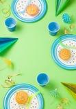 Γενέθλια αγοριών ή πράσινη επιτραπέζια ρύθμιση κομμάτων Στοκ Φωτογραφίες