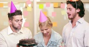 Γενέθλια εορτασμού επιχειρησιακών ομάδων χαμόγελου περιστασιακά απόθεμα βίντεο