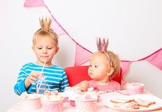 Γενέθλια εορτασμού κοριτσιών μικρών παιδιών και μικρών παιδιών Στοκ φωτογραφία με δικαίωμα ελεύθερης χρήσης