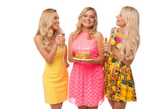 Γενέθλια εορτασμού τριών ξανθά κοριτσιών με το κέικ και τη σαμπάνια Στοκ Εικόνα